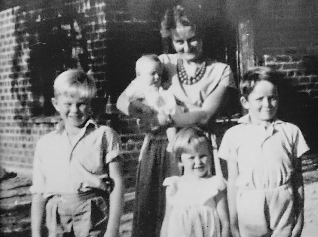 Hanni Aston with her four children, Simon, Chris, Dee and Louise.