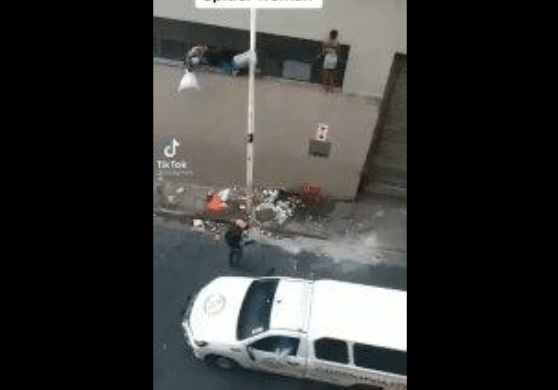 Watch Looting Spiderwoman escapes the police at Shoprite