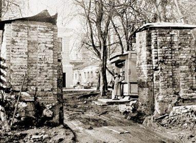 Историческая ограда усадьбы Лопухиных до реставрации