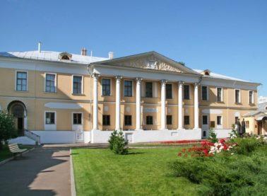 Парадный фасад Главного дома после реставрации