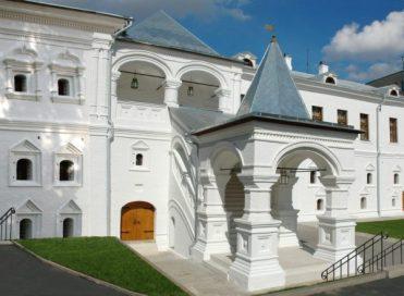 Дворовый фасад Главного дома с воссозданным Красным крыльцом XVII века после реставрации