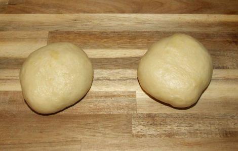 les 2 pâtons de pain à burger avant cuisson