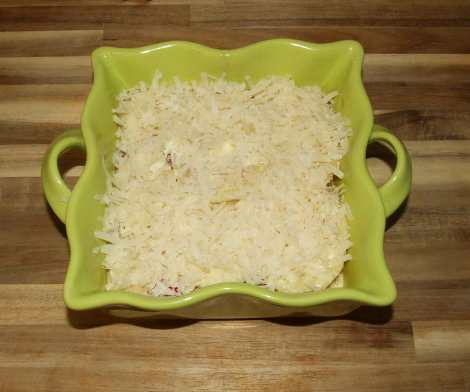ajout du parmesan sur le gratin aux légumes