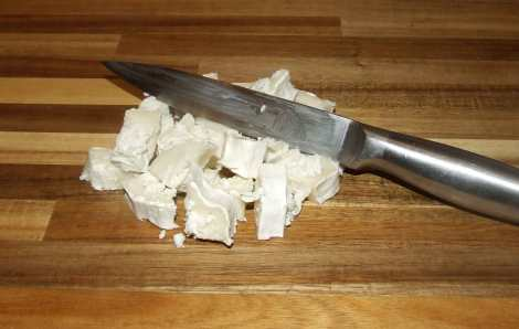 la coupe du fromage de chèvre pour la recette de spaetzle