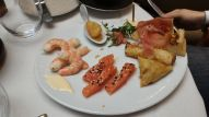Un peu de crevettes, de saumon, des samoussas...