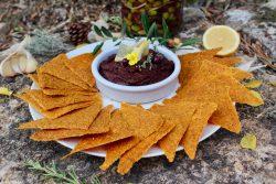 Tapenade noire vegan et crackers crus