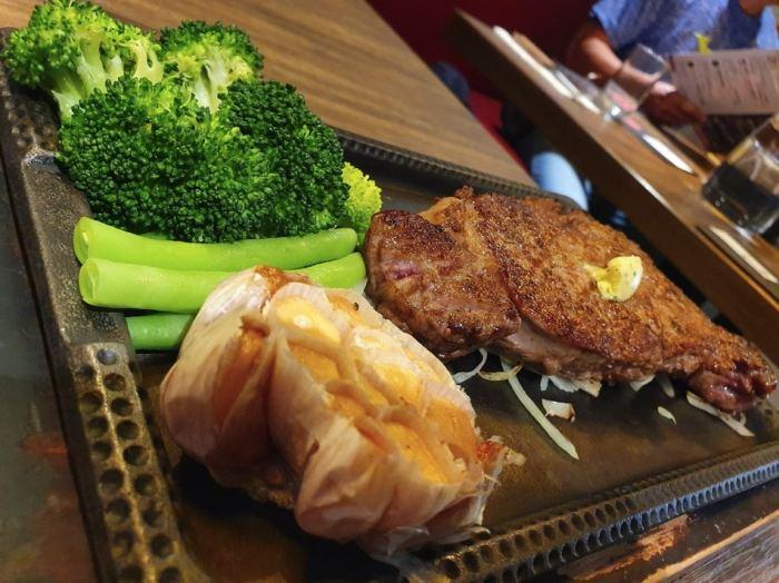 ToTsuZen Steak 安格斯黑牛CAB Prime以及烤大蒜、花椰菜、四季豆