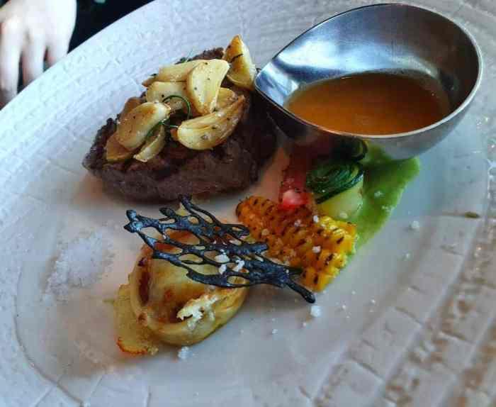 隨意鳥地方 主餐-碳烤紐西蘭菲力牛排佐乾煎蒜片紅酒汁