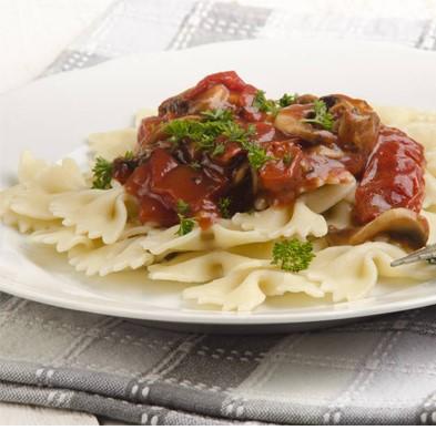 Farfalle cu sos de tomate,carne tocata si ierburi aromatice