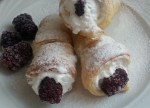 Roll with vanilla cream and blackberries