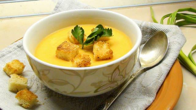Supa cremă de cartofi cu paine prajita si usturoi