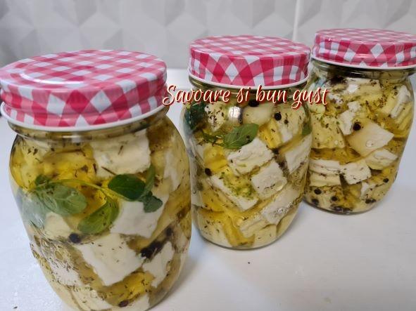 Branza aromata la borcan cu condimente si ulei de masline