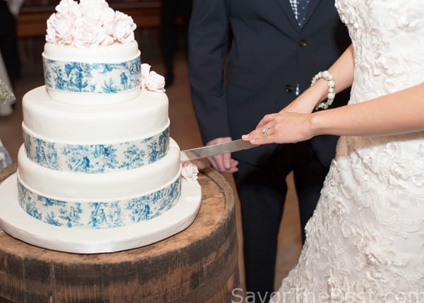 best way to cut a wedding cake blue toile wedding cake design savor the best 11390