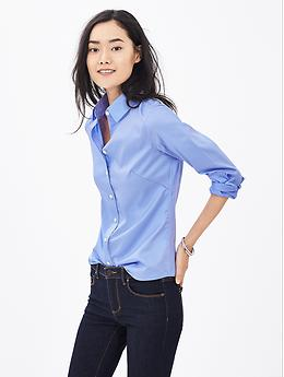 Banana Republic Model wearing Fitted Non-Iron Sateen Shirt - Blue crystal