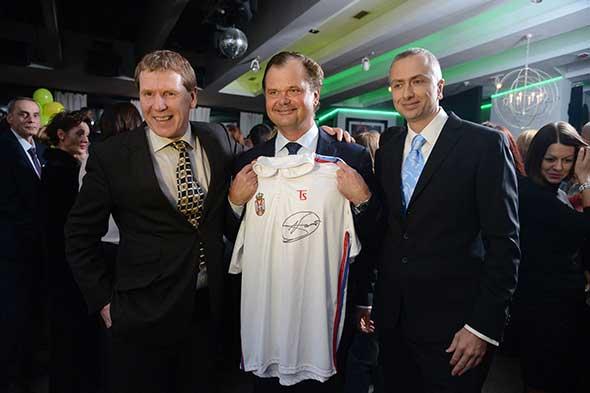 Marko Pazman je gospodinu Fredriku Regmarku poklonio potpisan dres Novaka Đokovića.