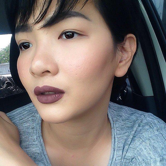 Girls-Wearing-Dark-Lipstick (17)