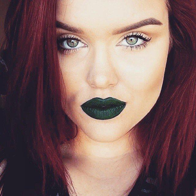 Girls-Wearing-Dark-Lipstick (8)