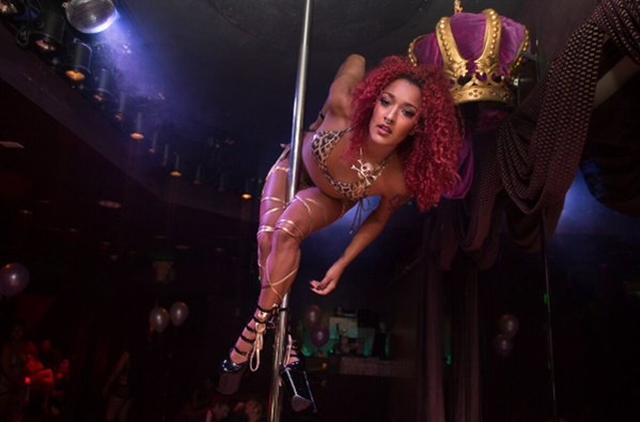 Karijeru je započela kao striptizeta i tada je shvatila da muškarci vole da daju novac, a da ništa ne očekuju z uzvrat (foto: Twitter)