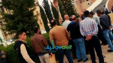 Photo of موظفون في اليرموك يعتصمون ويتهمون مدير الأمن الجامعي بإهانتهم.. صور