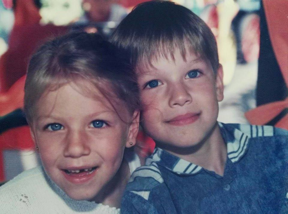Aus meiner Kindheit: Meine Schwester und ich.