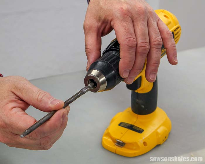 How to put a drill bit in a drill: placing the driver in the middle of the jaws