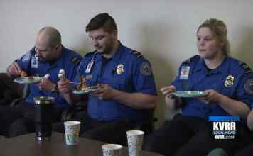 TSA Agents Working Without Pay Are Served Lunch From Somali Community