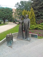 statue of Riga Mayor George Armitstead with his wife... and faithful dog! how sweet of Queen Elizabeth II (the one who gave this as a gift to the Latvians) to include the dog in this statue set! :)