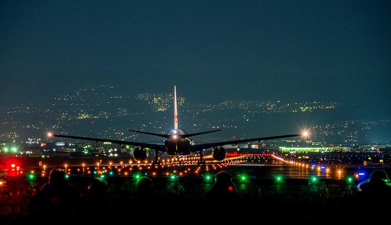 OLYMPUS OM-D E-M1 MarkII 大阪国際空港の飛行機と京都の夜景