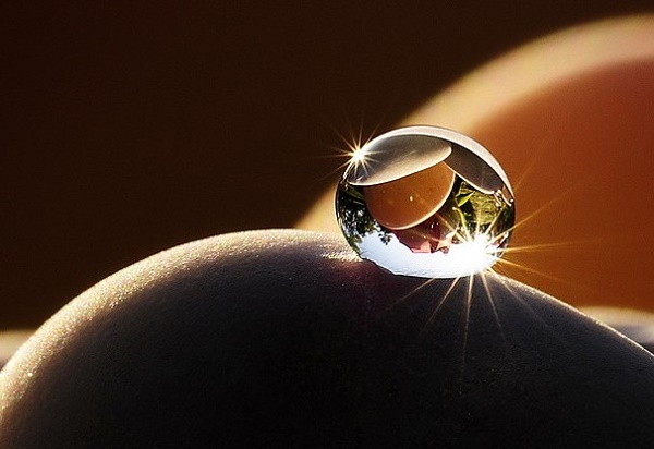 Drop of water looking like a diamond (Source: Flickr/graftedno1)