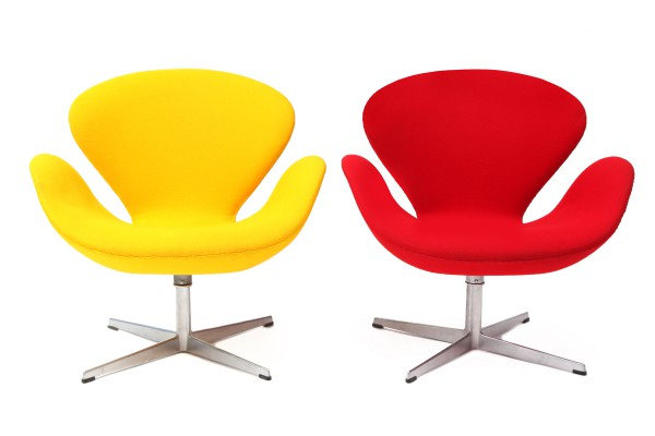40_Pair-of-Swan-Chairs-by-Arne-Jacobsen-1-600x400