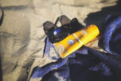 Солнцезащитный крем и очки фото