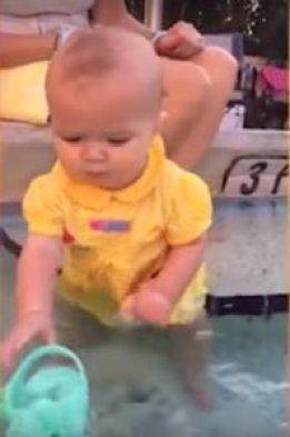 ребенок в воде игрушка