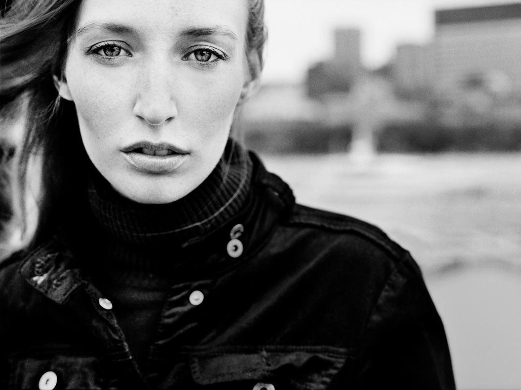Portrait en noir et blanc d'Alexandra B pris à Montréal