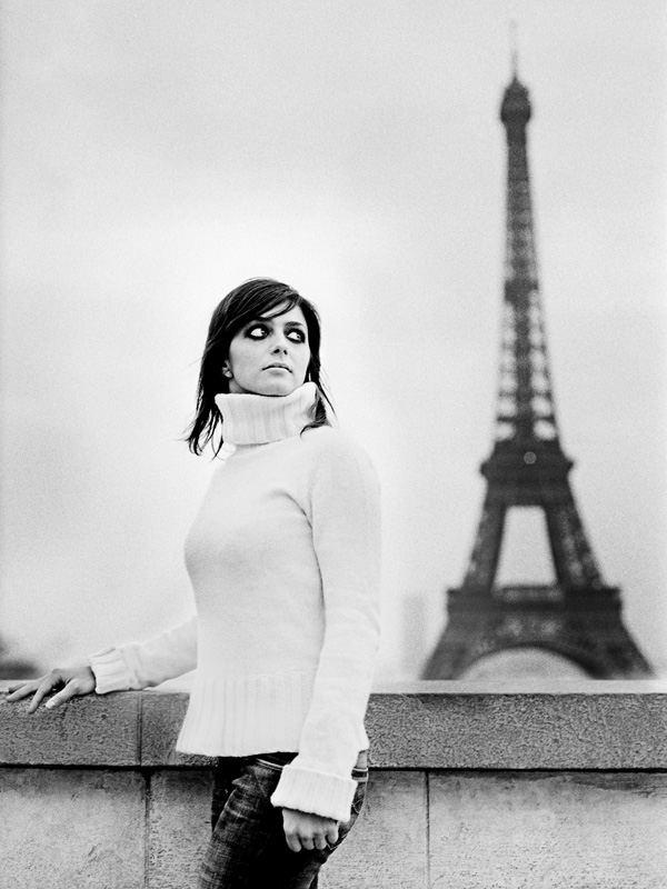 portrait devant la tour Eiffel à Paris par Stéphane Bourriaux Photographe