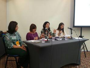 """Cristina Dias (SPMG) e Camilla Biaggi Alvarenga (Candidata SPMG) apresentando seus trabalhos na mesa """"Defesas e Representação"""" juntamente com Dora Tognolii (SBPSP) e a coordenação de Claudia Aparecida Carneiro (SPB)."""