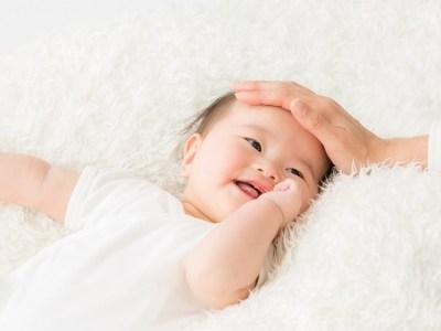 頭を撫でられる赤ちゃん