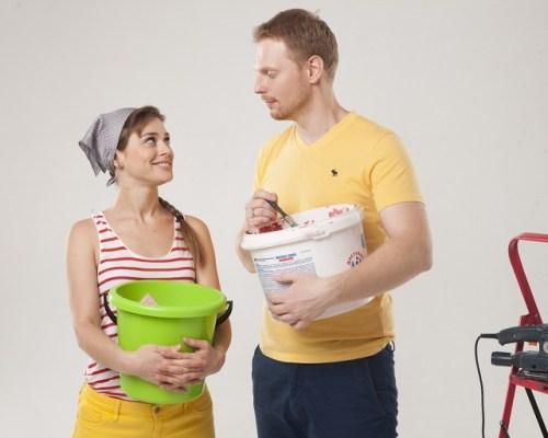 掃除用具を持つ夫婦