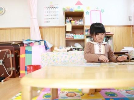 保育室で遊ぶ女の子