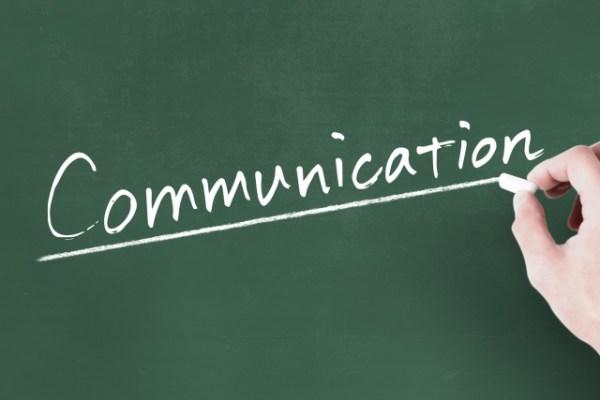 黒板に書かれたCommunicationの文字