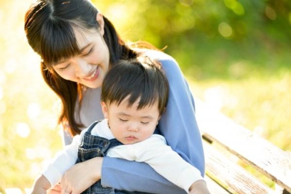 息子を抱く母親