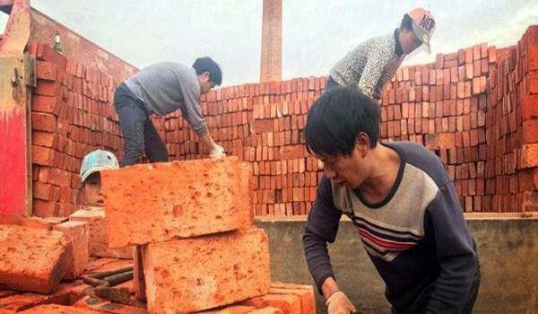 Buruh di China Ini Ternyata Digaji Batu Bata