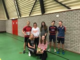 De winnaars van het 23 ste stratenvolleybaltoernooi 2018. Team Johan en de bronzen zeepaardjes.