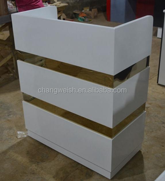 balayage trou de magasin en bois de comptoir de caisse