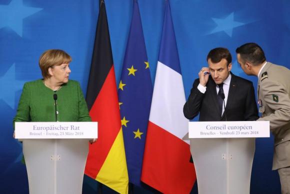 El momento en que Macron es informado del atentado terroristas en Trebes. Foto: AFP