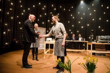 Jarno Peräkylä tervehtii kilpailun päätuomaria, John Stubberudia ennen suoritustaan. Kuva Janne Merinen
