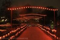 Pont illuminé sur le lac du parc de Tivoli