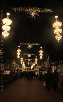 Allée de l'entrée principale des jardins de Tivoli aux lumières de Noël