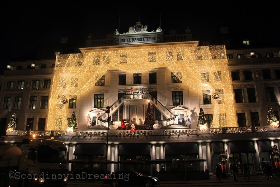 Façade de l'hôtel d'Angleterre illuminée pour Noël