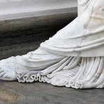 Le sculpteur s'est lâché sur le drapé