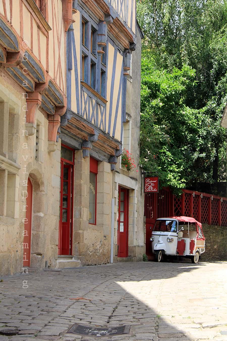 Petite rue et triporteur